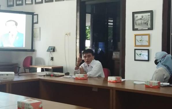 Kepala DKPUS Babel Rakhmadi melakukan evaluasi kinerja pegawai DKPUS Babel, Rabu (1/9/2021).