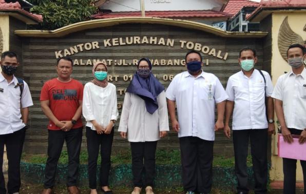 Tim Monev Bantuan Hibah Buku DKPUS Provinsi Babel foto bersama Lurah dan Jajaran Kelurahan Toboali, Rabu (25/11/2020).