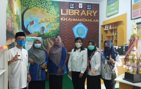 Tim Juri Lomba Perpustakaan SMA/SMK sederajat tingkat Provinsi Kepulauan Bangka Belitung Tahun 2021 foto bersama Kepsek dan Pengelola Perpustakaan KH Ahmad Dahlan SMAM TBI, Rabu (28/3/2021).