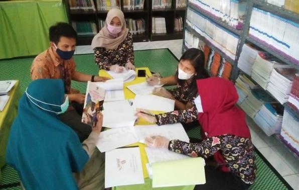 Tim Juri Lomba Perpustakaan SMA/SMK sederajat tingkat Provinsi Kepulauan Bangka Belitung tahun 2021 melanjutkan Kegiatan Penilaian terhadap Perpustakaan SMKN 1 Parit Tiga (SKASAGA), Kabupaten Bangka Barat, Kamis (29/4/2021).
