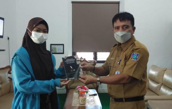 Kepla DKPS Babel Rakhmadi menerima buku dari Mahasiswa UBB, Senin (20/9/2021).