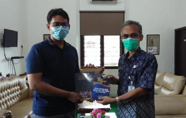 Kadis DKPUS Babel Asyraf Suryadin menerima sumbangan buku dari Alumni Mahasiswa UBB, Ipan Gustian, Kamis (22/4/2021).