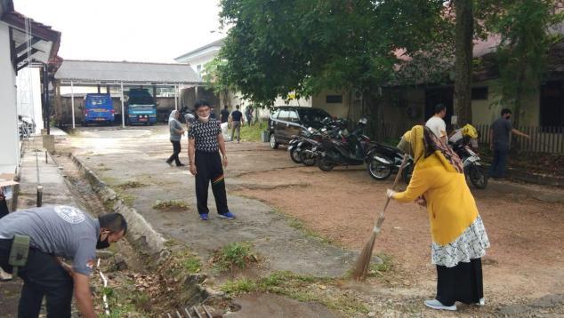 Rakhmadi Kepala DKPUS Babel memimpin langsung bersih-bersih lingkungan Kantor DKPUS, Jumat (24/9/2021).