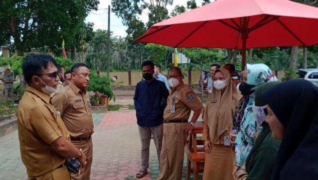 Rakhmadi Kepala DKPUS Babel meninjau Perpusdes Tiram, Bangka Selatan, 7 Juni 2021.