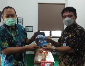 Rakhmadi Kepala DKPUS Babel saat menerima sumbangan buku dari Kepala SMAN 1 Manggar, Beltim, Kamis (7/10/2021).