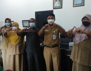 Kepala DKPUS Babel Rakhmadi Bersama Wakil Ketua DPRD Bangka Tengah Batianus foto bersama sembari salam arsip. (foto: istimewa).