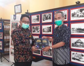 Kadis DKPUS Babel Asyraf Suryadin menyerahkan Buku Sejarah Bangka Belitung menjadi Provinsi kepada Tim Monitoring Arsip Nasional Republik Indonesia.
