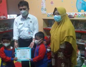 Kepala DKPUS Babel Rakhmadi menerima ucapan terima kasih dari anak-anak PAUD Nurul Haqqi.