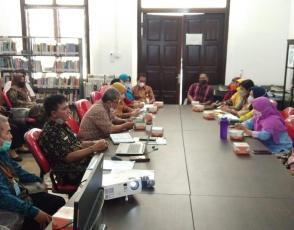 Kepala DKPUS Babel Rakhmadi memimpin Rapat Evaluasi di bidang Keperpustakaan, Kamis (7/10/2021).