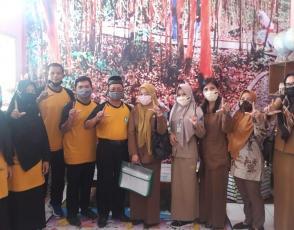 Tim Juri Lomba Perpustakaan SMA/SMK  tingkat Provinsi Kepulauan Bangka Belitung Tahun 2021 foto bersama Kepsek dan pengelola perpustakaan SMAN 1 Namang, Selasa (27/4/2021)..