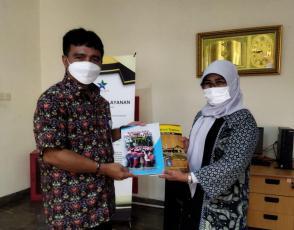Kepala DKPUS Babel Rakhmadi menyerahkan BIDKID Provinsi Babel ke perwakilan Perpusnas RI, Kamis (21/10/2021).