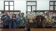 Lima Kepala SMAN foto bersama Kadis DKPUS Babel, disela-sela penyerahan Kartu Anggota Perpustakaan Provinsi