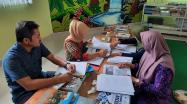 Tim Pustakawan DKPUS Babel sedang melakukan pemeriksaan persyaratan akreditasi Perpustakaan SMKN 2 Pangkalpinang.