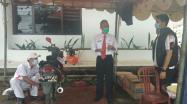 Kepala DKPUS Babel Asyraf Suryadin memantau langsung pelaksanaan service motor murah yang berlangsung di Halaman Parkir Depan DKPUS Babel, Kamis (25/3/2021).