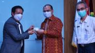 Gubernur Babel Erzaldi Rosman didampingi Kadis DKPUS Babel Asyraf Suryadin menerima cinderamata berupa Kartu Anggota Perpusnas RI dari Kepala Perpusnas, Syarif Bando .