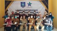 Kepala DKPUS Babel Rakhmadi foto bersama Juri dan Peserta usai membuka membuka Lomba Pustakawan Berprestasi Tingkat Provinsi Tahun 2021, Selasa (29-6-2021)