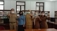 Sekdis didampingi Pustakawan DKPUS Babel foto bersama Pengelola Perpustakaan SMKN 1 Pangkalpinang.