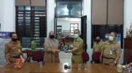 Kepala DKPUS Babel Asyraf Suryadin menyerahkan buku Sejarah Bangka Belitung menjadi Provinsi kepada perwakilan Dinas Perpustakaan dan Kearsipan Kabupaten Bangka Barat.
