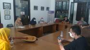 Kepala DKPUS Babel Rakhmadi memberikan pengarahan kepada Mikhaella, Tim Juri Provinsi dan Panitia Provinsi, dalam evaluasi Persiapan Lomba Bertutur Siswa SD/MI Tingkat Provinsi 2021.