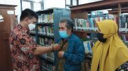 Rakhmadi Kepala DKPUS Babel yang juga Ketua PD GPMB Babel Rakhmadi menyematkan PIN GPMB ke baju Pengurus GPMB Babel.