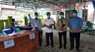 Kadis DKPUS Babel Asyraf Suryadin foto bersama Ketua KPPS TPS 03 Desa Simpang Katis, Rabu (9/12/2020).