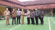 Kadis DKPUS Babel Asyraf Suryadin didampingi Sekdis DKPUS Babel Agus Affandi menyerahkan buku Sejarah Bangka Belitung Menjadi Provinsi ke Wakil Ketua Komisi I DPRD Bangka Barat.