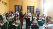 Kepala DKPUS Babel Asyraf Suryadin memberikan Kartu Anggota Perpustakaan ke Kepala Sekolah MI Nurul Falah Desa Kimak, Bangka.