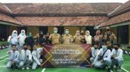 Kepala DKPUS Babel Asyraf Suryadin foto bersama siswa, Kepala Sekolah, Guru dan Pengelola Perpustakaan Pahlawan 4 SMAN Puding Besar.