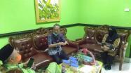Kedatangan Kepala DKPUS Babel Asyraf Suryadin dalam pemantauan Lomba Perpustakaan Umum (Desa/Kelurahan) Terbaik Tingkat Provinsi 2021 di Perpusdes Sungai Samak, Badau, Belitung, Kamis (27/5/2021) disambut Kepala DPK Belitung Paryanta.