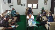 Kepala DKPUS Babel Asyraf Suryadin saat menerima kunjungan Ketua Lembaga Administrasi Nasional Perpustakaan Nasional, Tisyo Haryono.