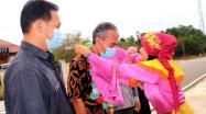 Kepala DKPUS Babel Asyraf Suryadin disambut kalungan bunga saat tiba di Perpusdes Cendil, Kelapa Kampit, Beltim, Jumat (28/5/2021).