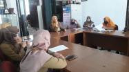 Kepala Bidang Pelestarian Arsip Daerah, Megawati Soeroso memimpin pembahasan penyusunan Rancangan Peraturan Daerah Penyelenggaraan Kearsipan.