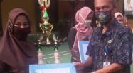 Kepala DKPUS Babel menyerahkan Tropi Juara Lomba Arsiparis Teladan Tingkat Provinsi Babel, Kamis 6 Agusus 2020
