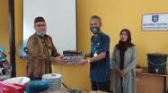 Kepala DKPUS Babel Dr Asyraf Suryadin menyerahkan kenang kenangan kepada Sekdis DKPUS yang akan memasuki Purna Tugas sebagai ASN.